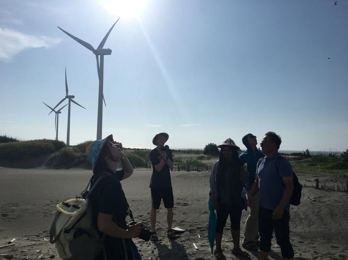 華大學生在彰濱工業區探查填海造陸與太陽能發電廠