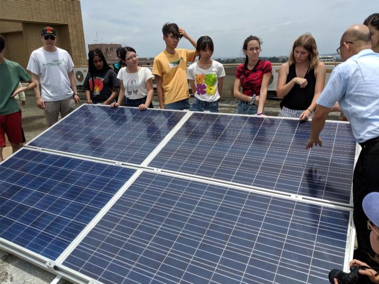 華大同學在彰師大電子工程系陳偉立教授的引導下架設太陽能板